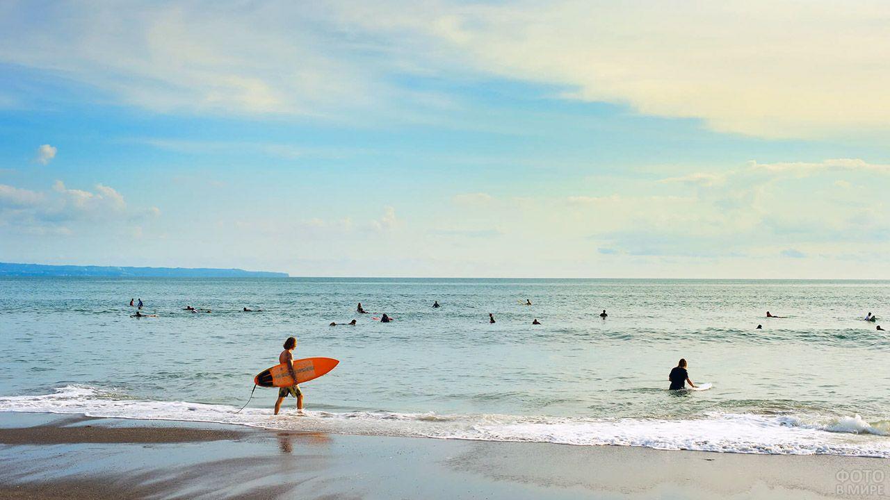 Ученики сёрф-школы на мелководье пляжа курорта Куты
