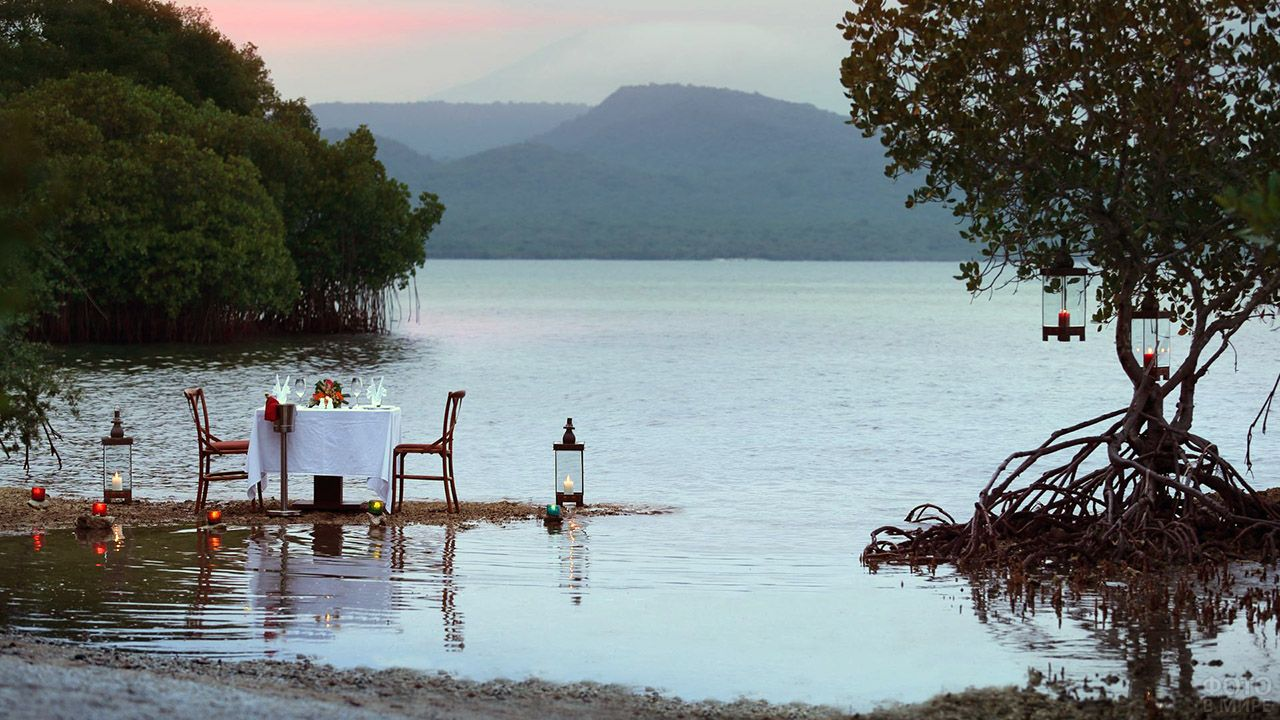 Вечерний пляж Менджангана с накрытым столом для романтического ужина