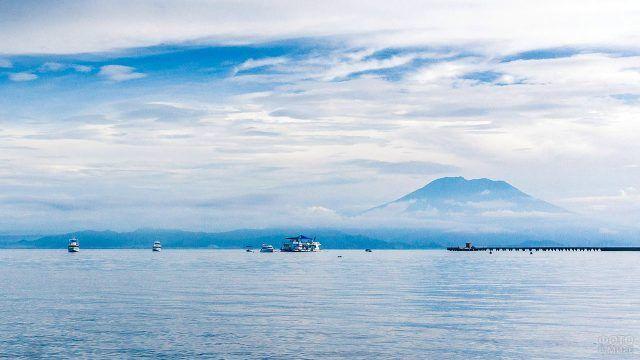 Вид на Бали и вулкан Агунг с Нуса Пениды