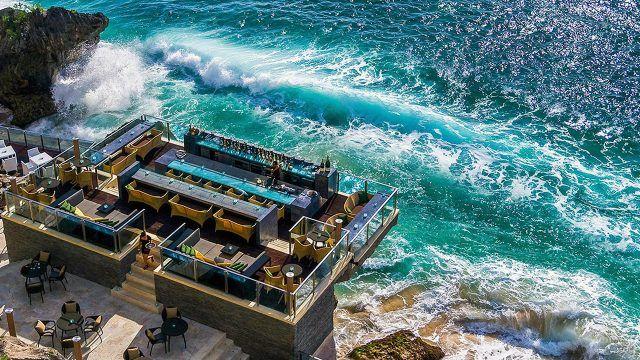 Вид сверху на ресторан над морем на Бали