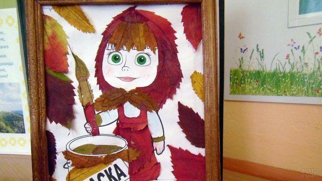 Аппликация из осенних листьев с мультперсонажем Машей