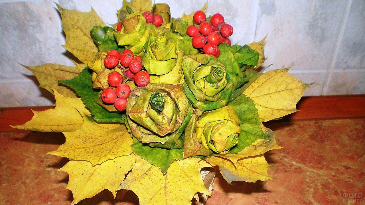 Букет роз из осенних жёлтых листьев и красной рябины