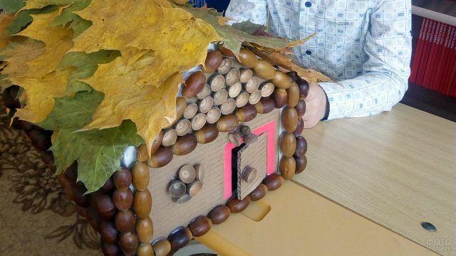 Домик из желудей и кленовых листьев приклеенных к коробке