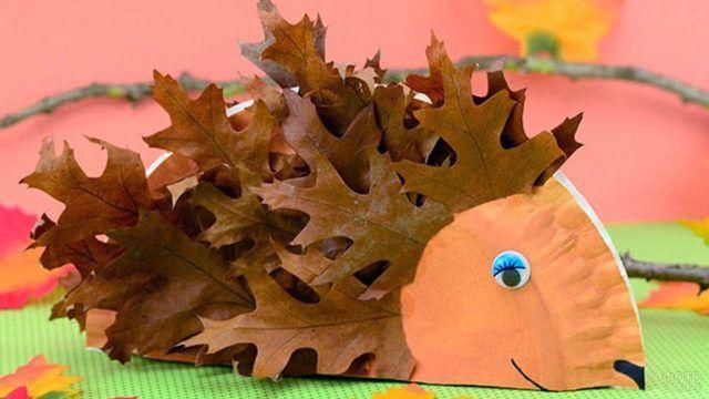 Ёжик из осенних листьев и цветной бумаги