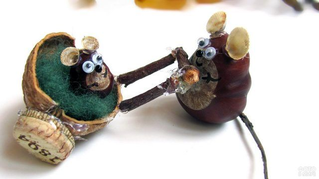 Мышки из каштанов и подручных материалов