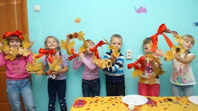 Участники детского мастер-класса по созданию декоративных венков из осенних листьев