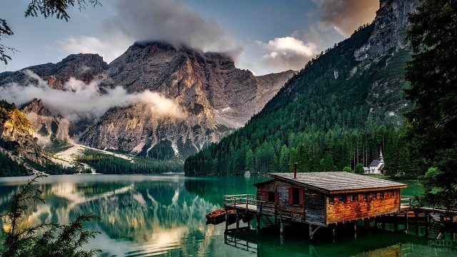 Лодочная станция на берегу высокогорного озера