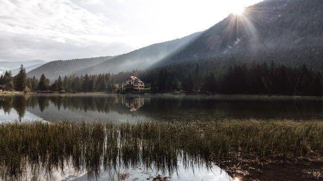Особняк в горах на берегу озера