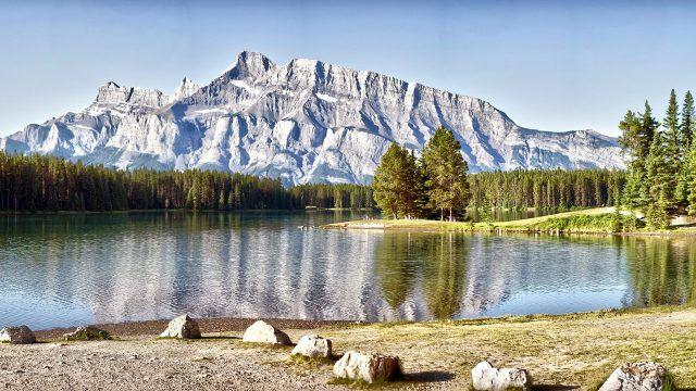 Вид на лес и горы с полого берега озера