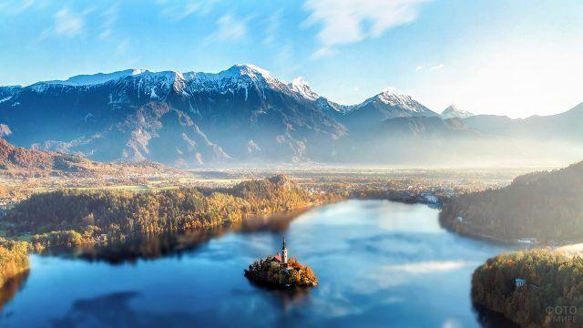 Вид с высоты птичьего полёта на замок посреди горного озера