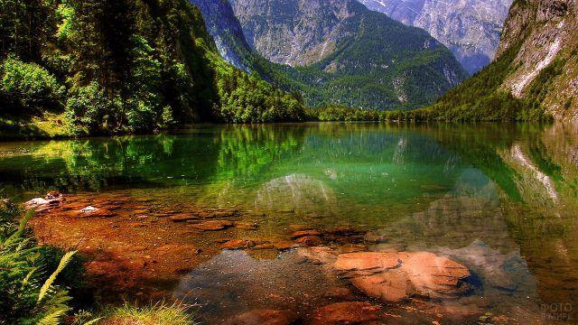 Живописное мелководье горного озера
