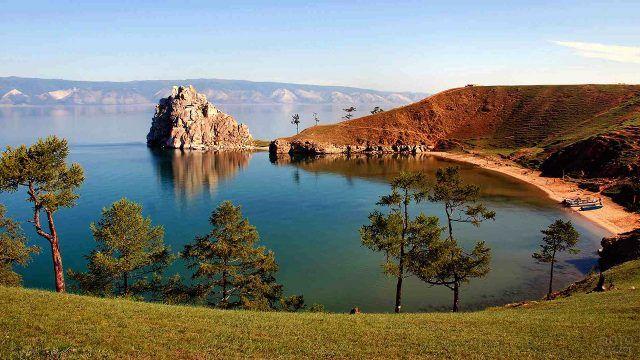 Живописный вид на озеро Байкал