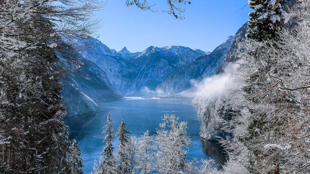 Зимний пейзаж у озера в горах