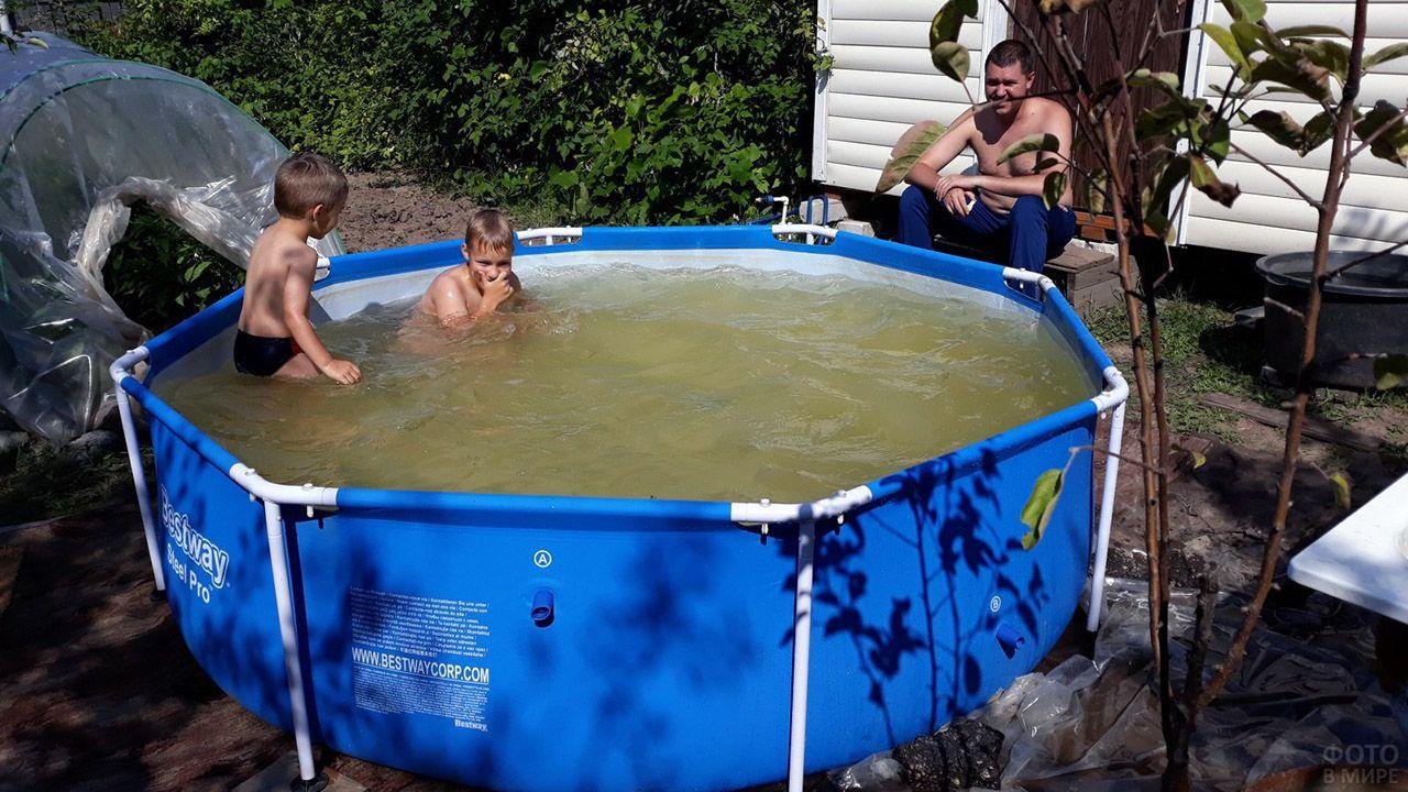 Дети в каркасном бассейне и довольный отец на крыльце садового домика