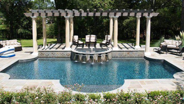 Гламурный бассейн с перголой на классических греческих колоннах и диванной зоной
