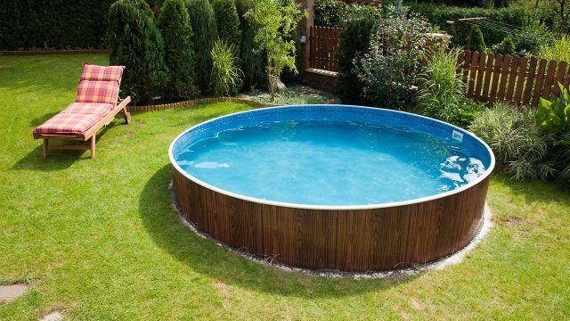 Круглый каркасный бассейн на пологой дачной лужайке