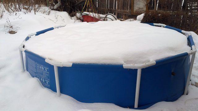 Зимовка каркасного бассейна на заснеженном участке