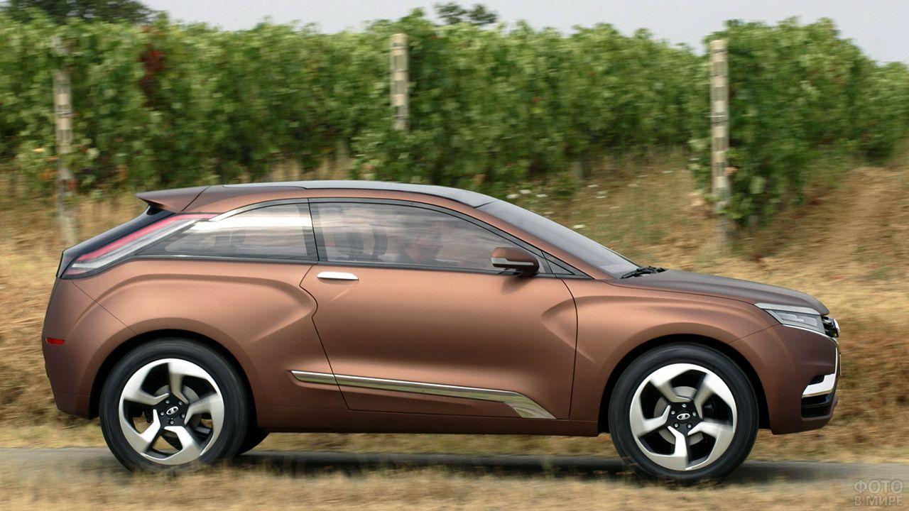 Песочно-коричневая Лада Икс Рей в профиль на фоне виноградников