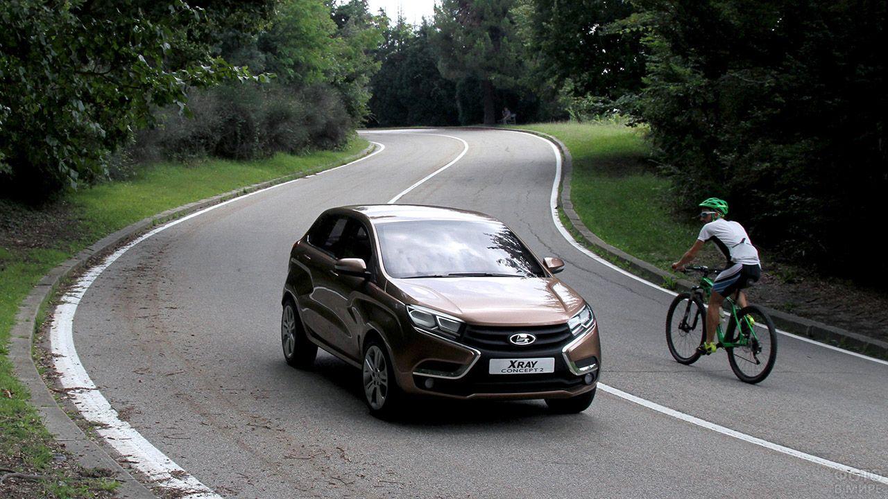 Велосипедист засмотрелся на Ладу Икс Рей на загородной дороге