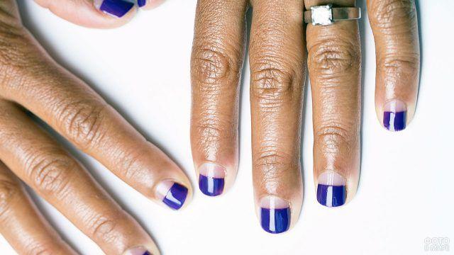 Фиолетовый реверс-френч на коротких ногтях