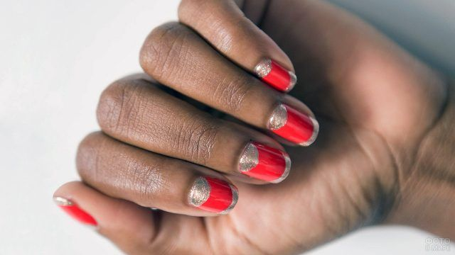 Маникюр с золотистыми полумесяцами и френч-кончиками оранжевых квадратных ногтей