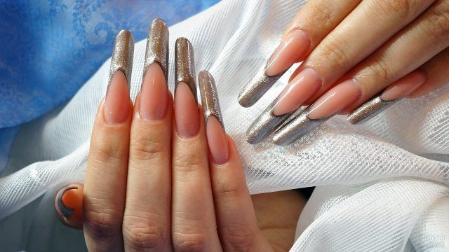 Накладные ногти с серебристым френчем