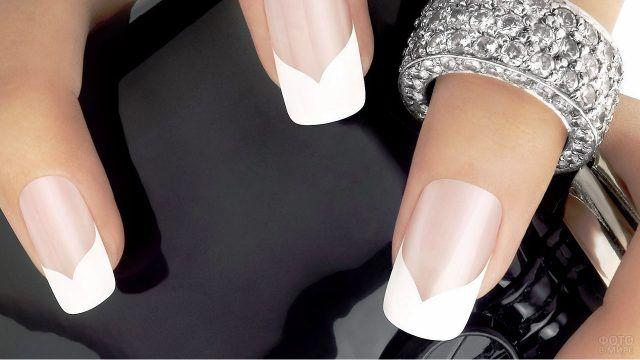 Нарощенные ногти с фигурным кончиком френч-маникюра