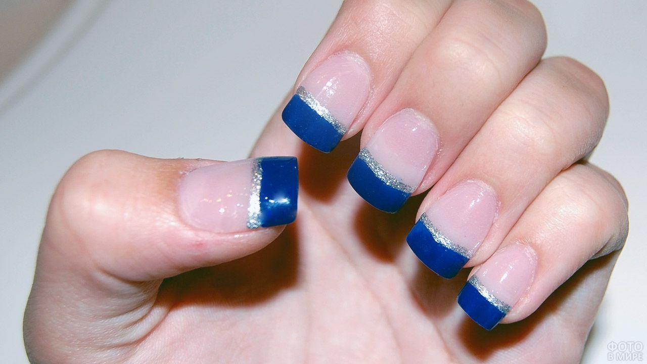 Синий френч-маникюр с серебристой полосой на квадратный ногтях