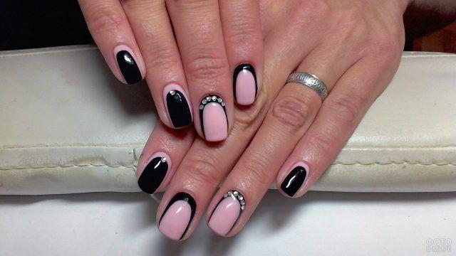 Трендовый розово-чёрный реверс-френч со стразами