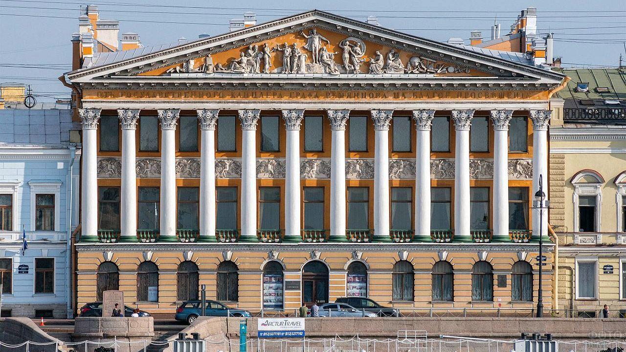 Белые колонны на фасаде особняка в Петербурге