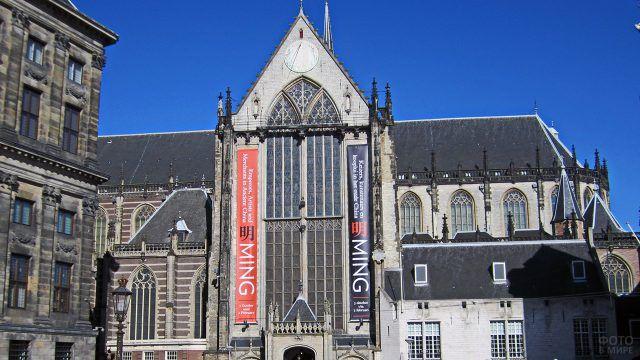 Фасад готического здания на площади Амстердама