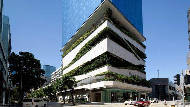 Фасад небоскрёба с многоэтажным зелёным садом