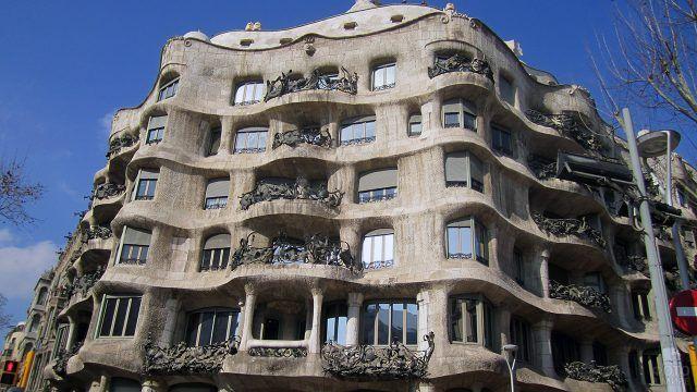 Фасад здания работы архитектора Гауди