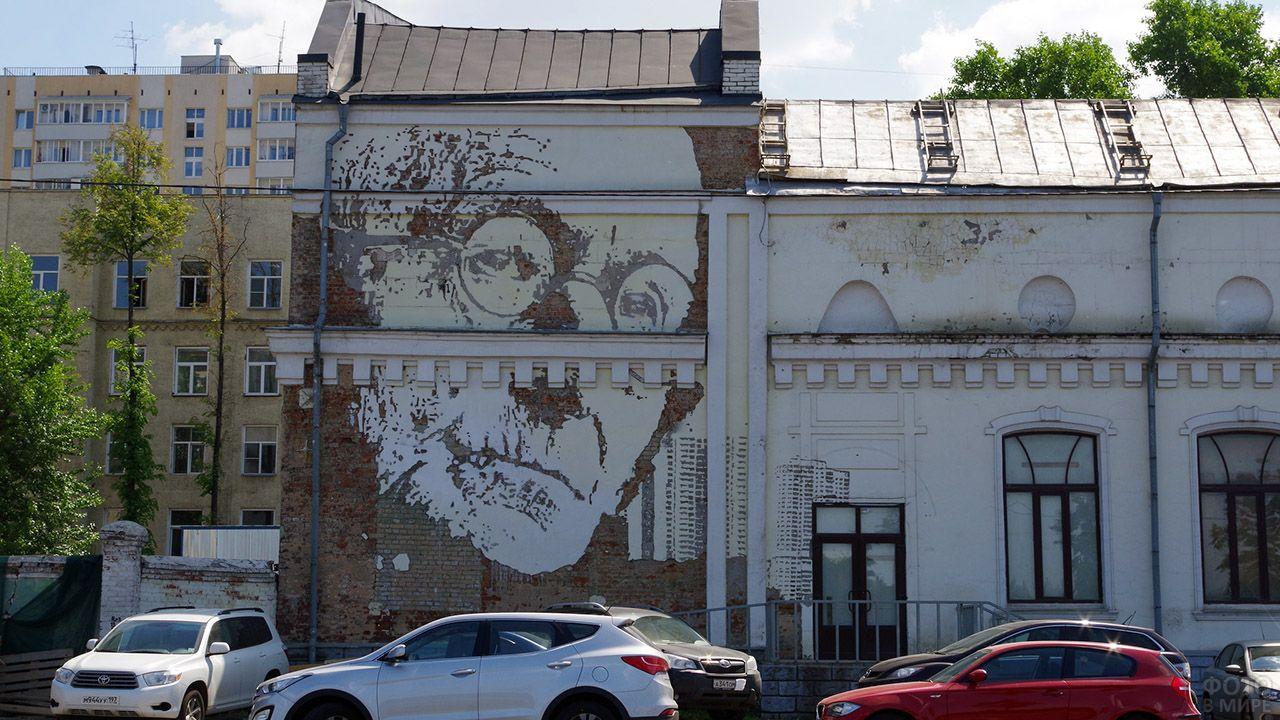 Граффити на фасаде белого двухэтажного здания