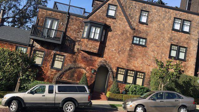Необычный кирпичный фасад с черными оконными рамами