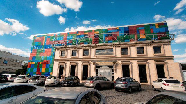 Разноцветный фасад Галич-холла в Краснодаре