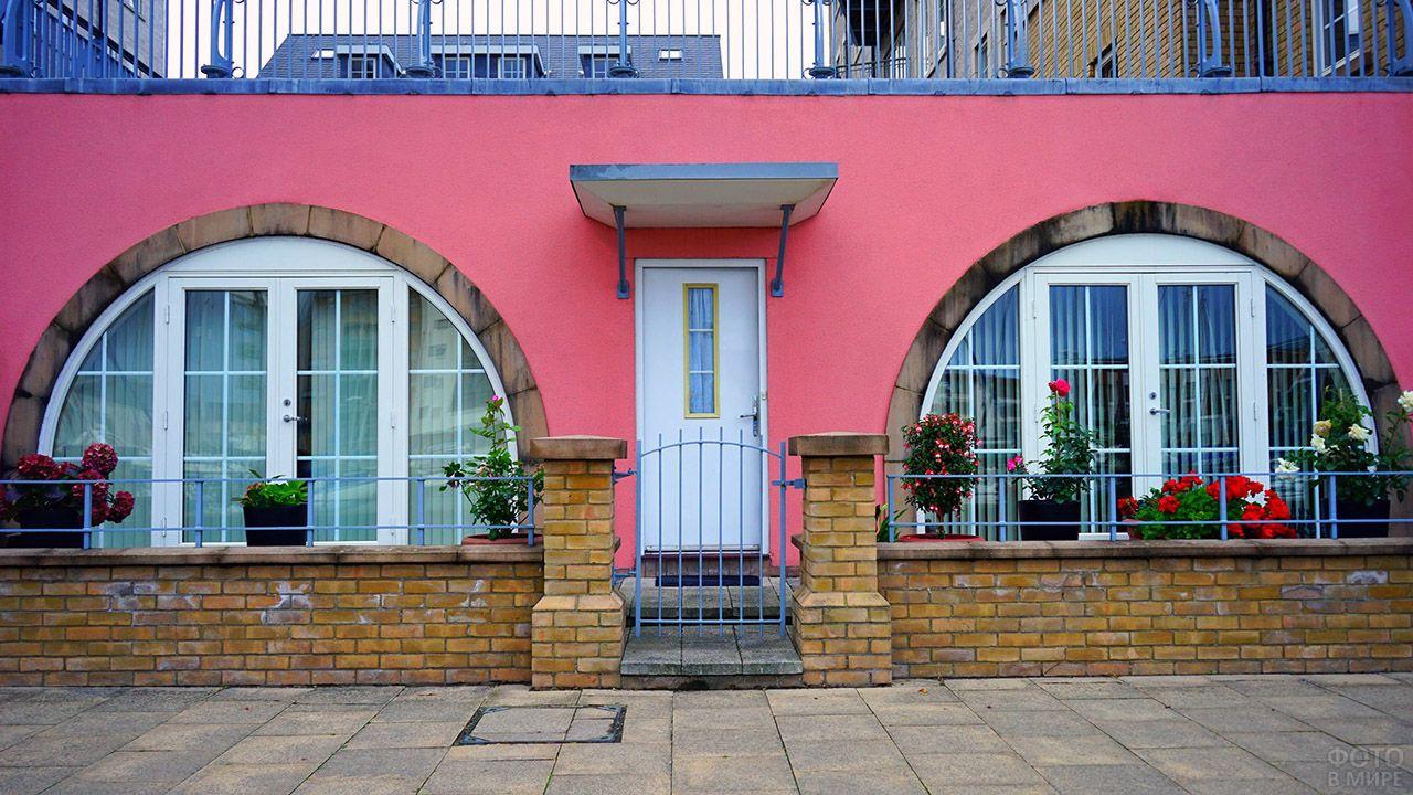 Розовый фасад с полукруглыми французскими окнами