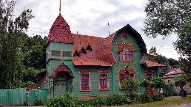 Зелёный фасад деревянного терема в стиле модерн