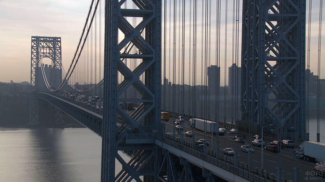 Автотрафик на вечернем висячем мосту Джорджа Вашингтона в Нью-Йорке