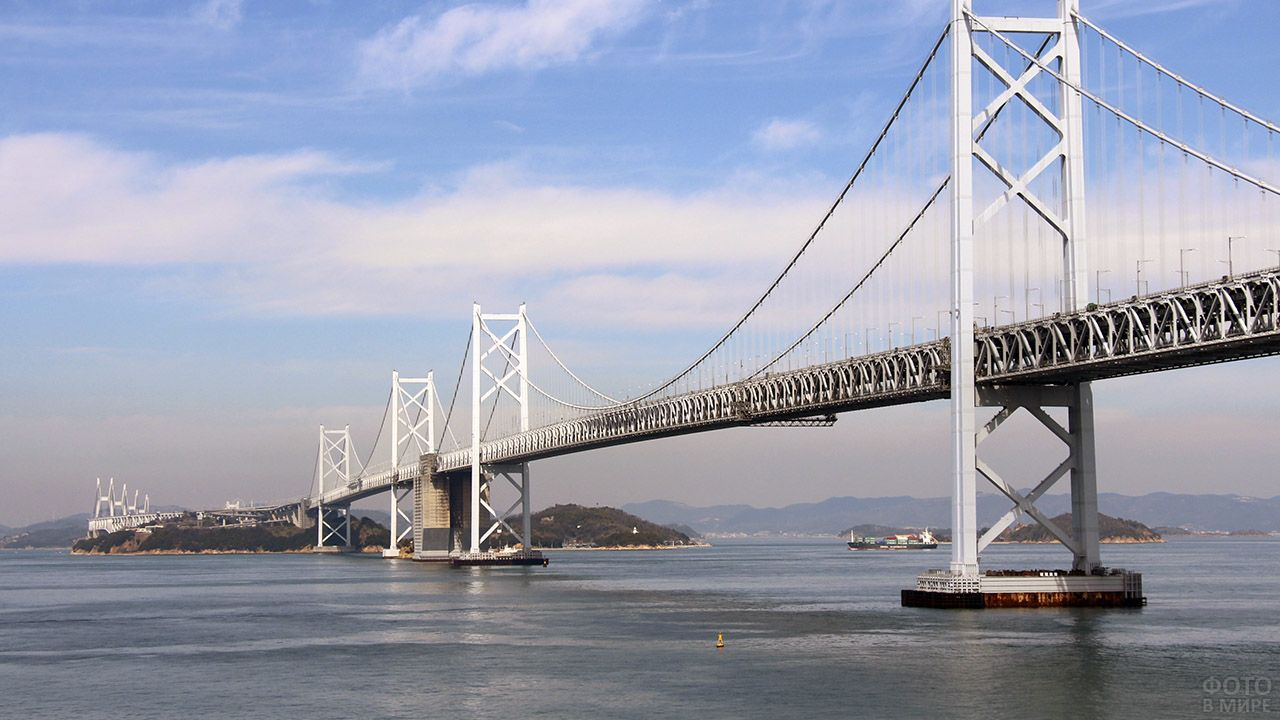 Белоснежный висячий мост Минами Бисан-Сето в Японии