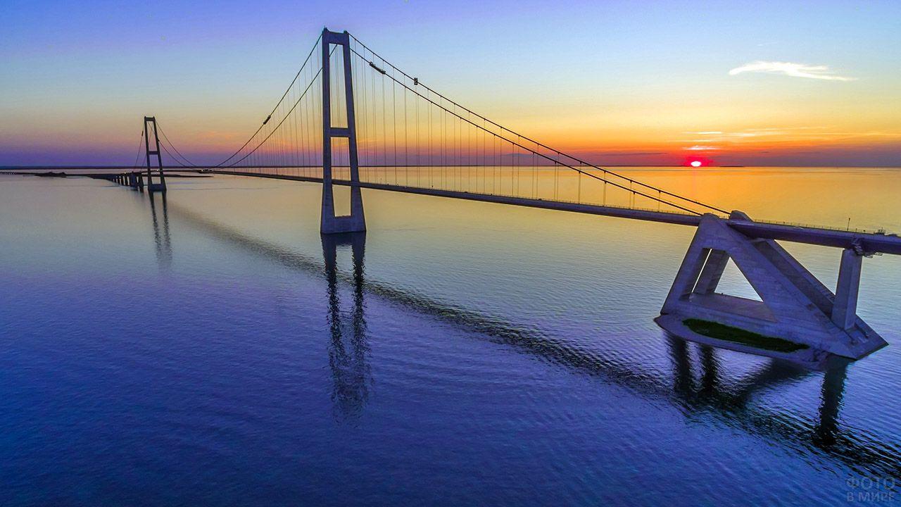 Датский мост Большой Бельт на фоне заката