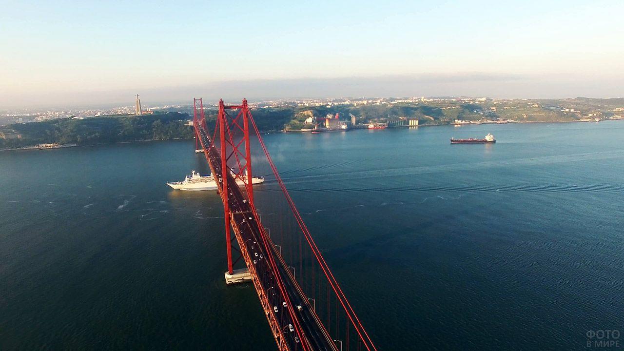 Круизный лайнер проходит под Мостом имени 25 апреля в Португалии