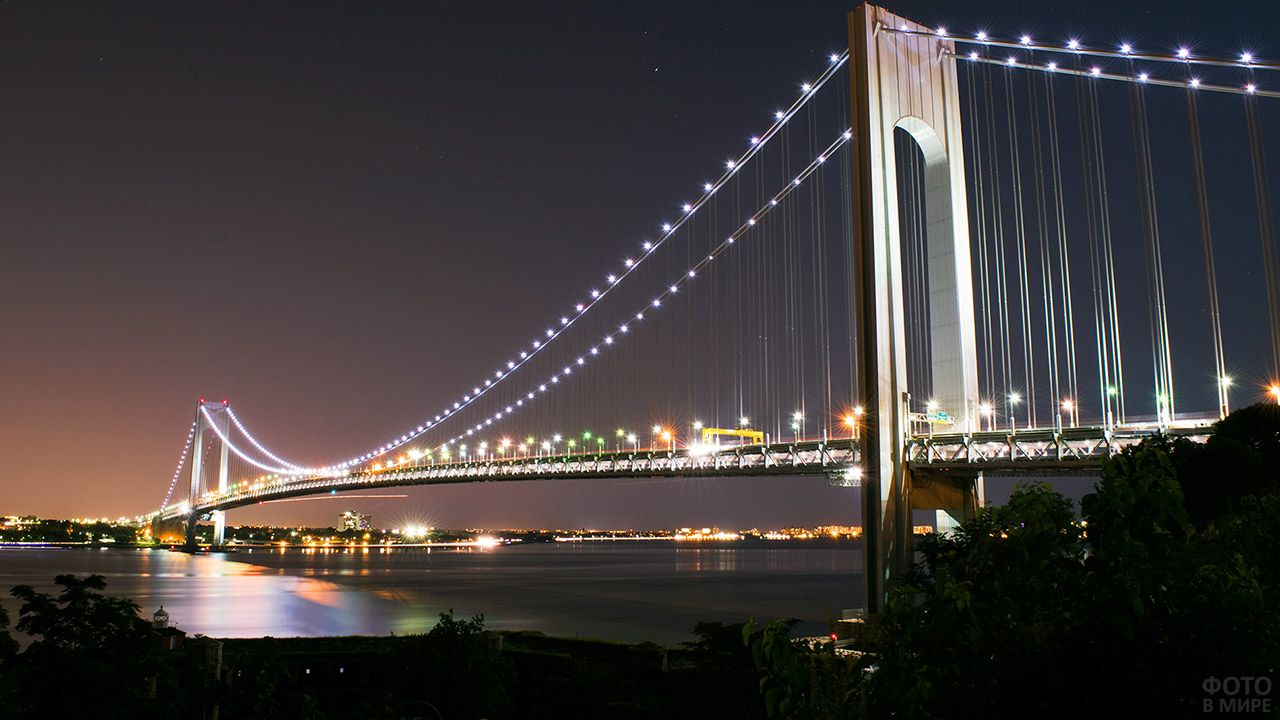 Ночная иллюминация американского подвесного моста Верразано