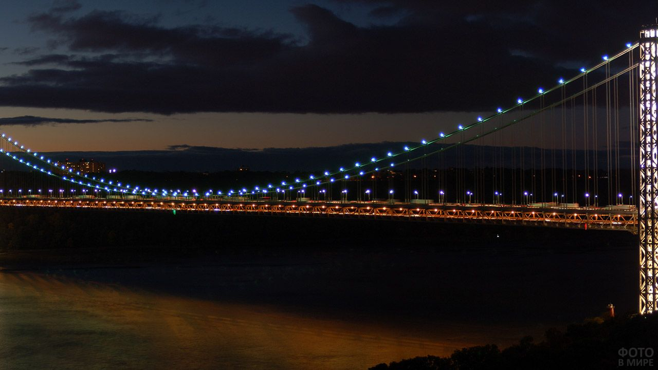 Ночная иллюминация подвесного моста Джорджа Вашингтона в США