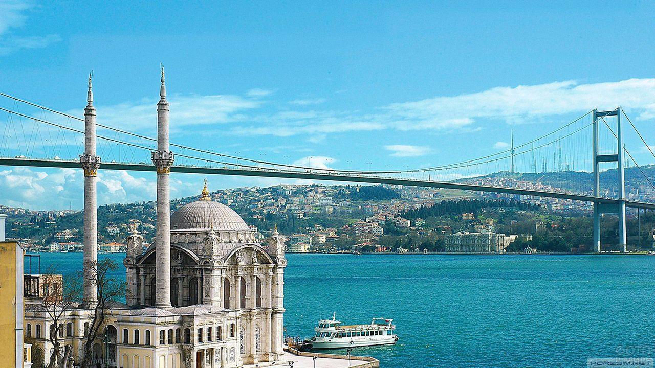 Стамбульский пейзаж с видом на висячий Первый мост над Босфором