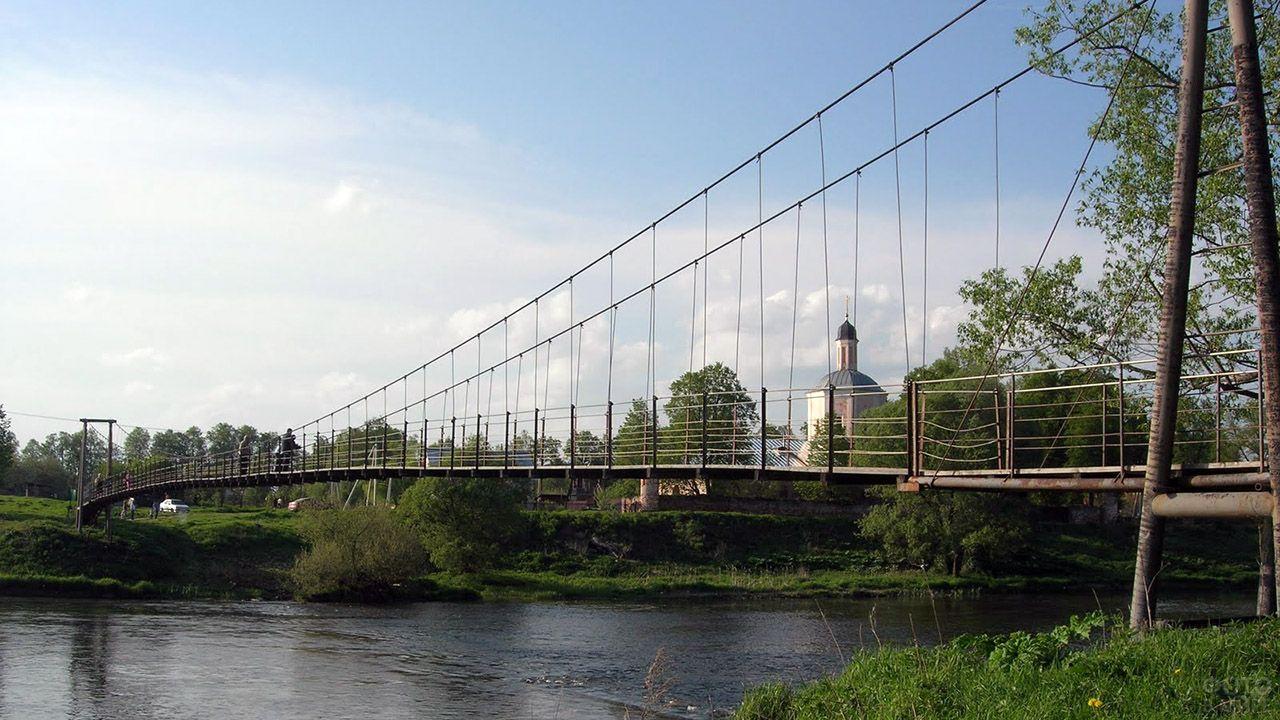 Старый висячий мост через Москву реку в Васильевском