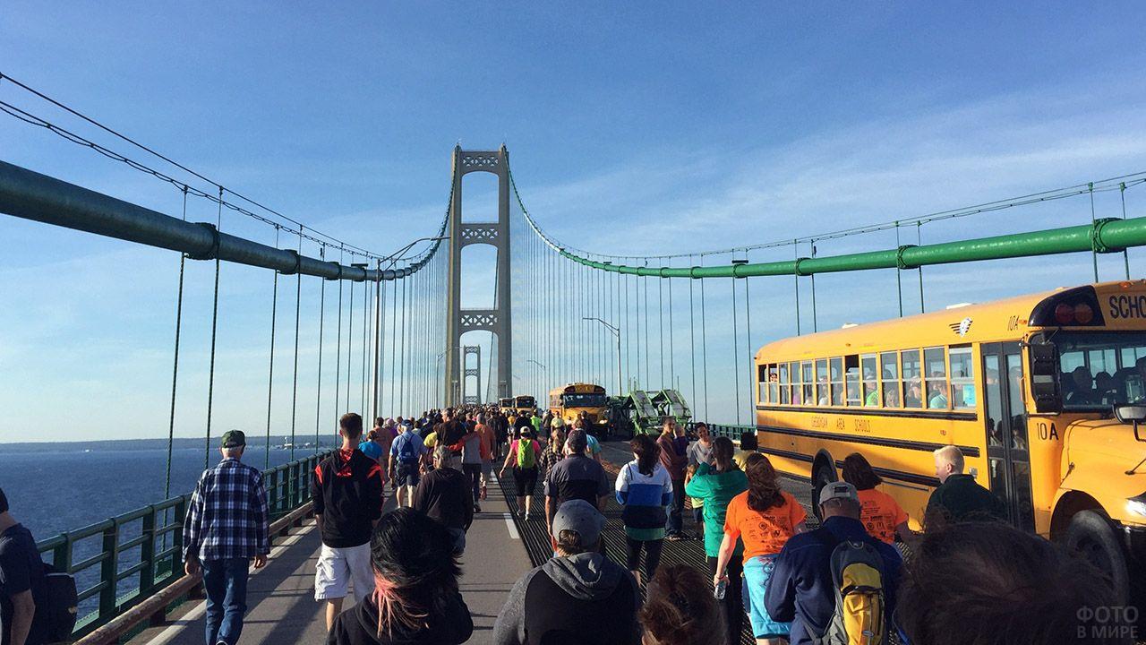 Туристы на висячем мосту Макинак в США