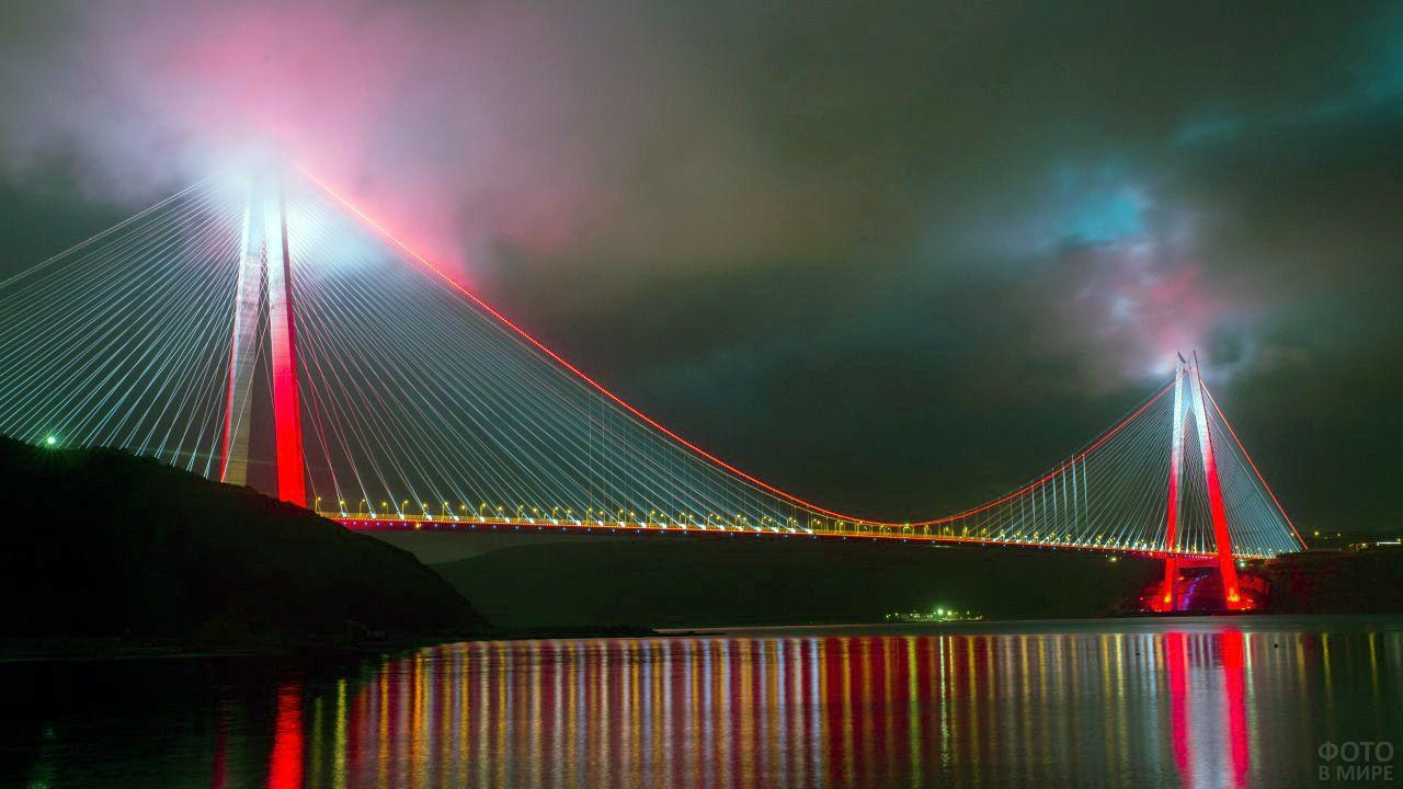 Вечернее небо над Босфором и освещённый вантовый мост Султана Селима Явуза