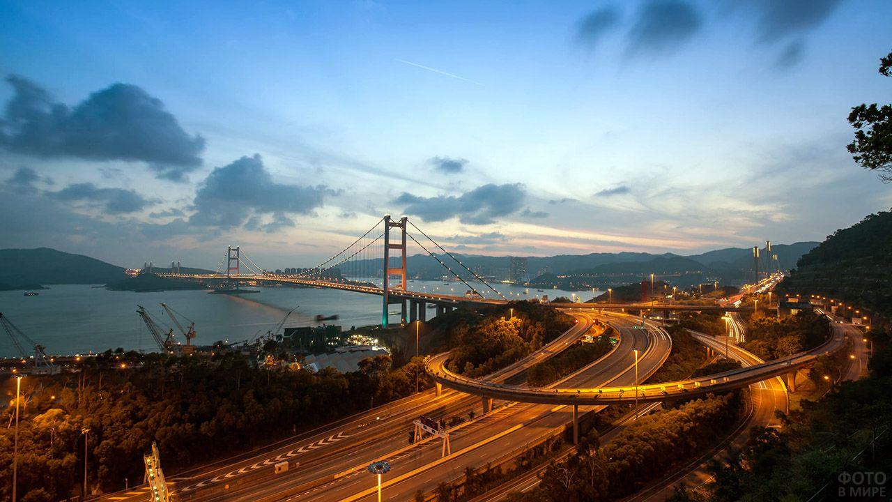 Вечерняя иллюминация на висячем мосту Цзин Ма в Гонконге