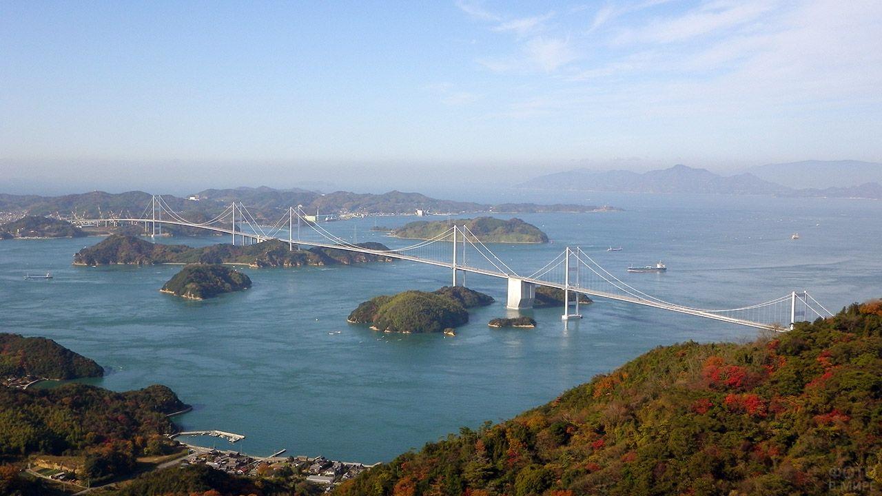 Вид с горы Киросан на подвесные мосты Курусима в Японии